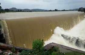 भारी बारिश की वजह से बांधों से छोड़ने पर नदियां उफान पर, ग्रामीणों की मुसीबत बढ़ी