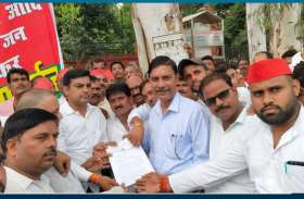 VIDEO: फिरोजाबाद जिले की तहसीलों पर सपाइयों ने दिया धरना, राज्यपाल के नाम भेजा ज्ञापन