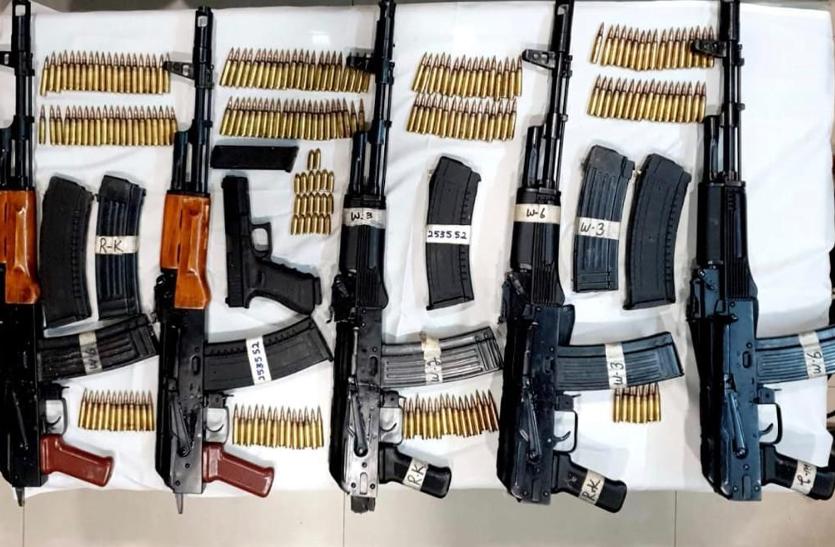 मुठभेड़ के बाद धरे गए 3 बदमाश, पाकिस्तानी हथियारों का जखीरा बरामद