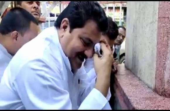 ये क्या विरोध के बजाय मजाक बनवा बैठे सपाई, गांधी प्रतिमा पर रोने का नाटक करते वीडियो वायरल