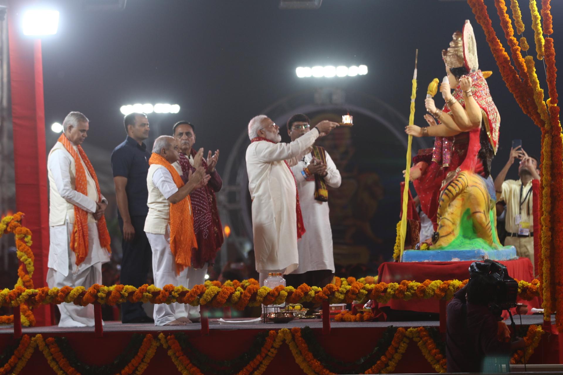 PM Narendra Modi Attended Navratri Festival In Ahmedabad - PM Modi ने वाइब्रेंट Navratri में मां दुर्गा की आरती उतारी | Patrika News