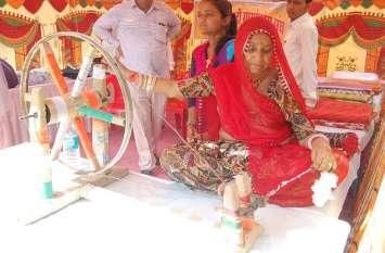 खादी प्रदर्शनी: बापू की याद में चलाया चरखा