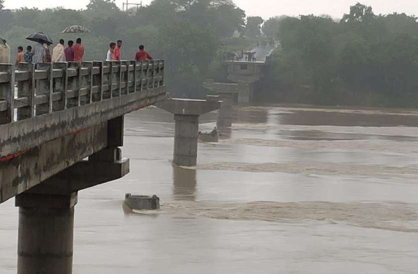 बाढ़ से डेमेज हुई सड़कों की जानकारी लेने पहुंचे लोक निर्माण विभाग के अफसर