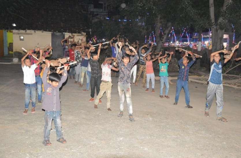 शिवाजी पार्क में एकत्रित होकर निकलता है रामदल,कई अखाड़ों के कलाकार करते हैं अखाड़ा प्रदर्शन