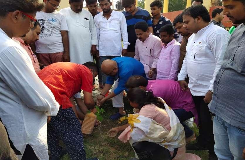 मुंबई में विकास के नाम पर काटे जा रहे पेड़ों के खिलाफ PM मोदी के क्षेत्र में उतरी कांग्रेस किया अनोखा विरोध