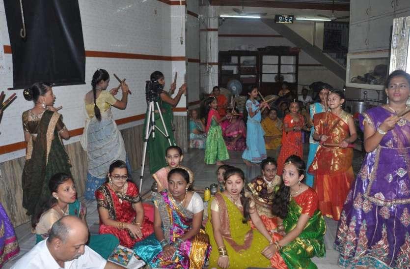 Navratra : शास्त्रीय संगीत के साथ गरबा खेलकर करती हैं माता की आराधना