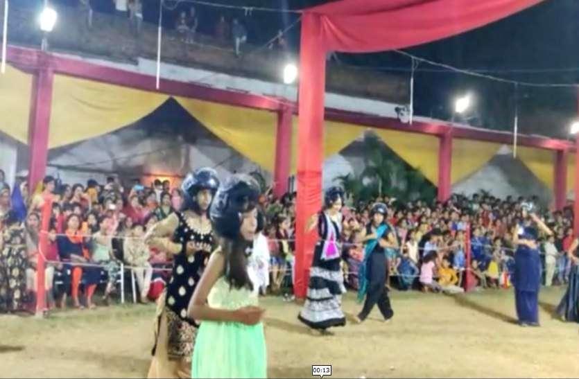नवरात्रि 2019 : हेलमेट पहन युवक-युवतियों ने किया गरबा, ट्रैफिक नियमों की दी जानकारी, देखें वीडियो
