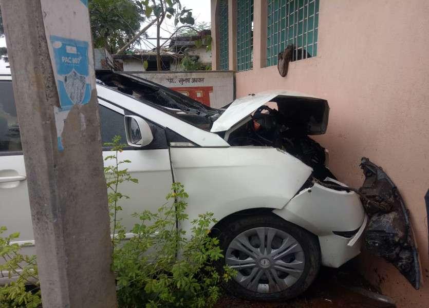 Breaking News: Family के साथ घर लौट रहे जज की कार मंदिर से जा टकराई, लग गई आग, 6 घायल, पत्नी-बेटी समेत 4 की हालत गंभीर