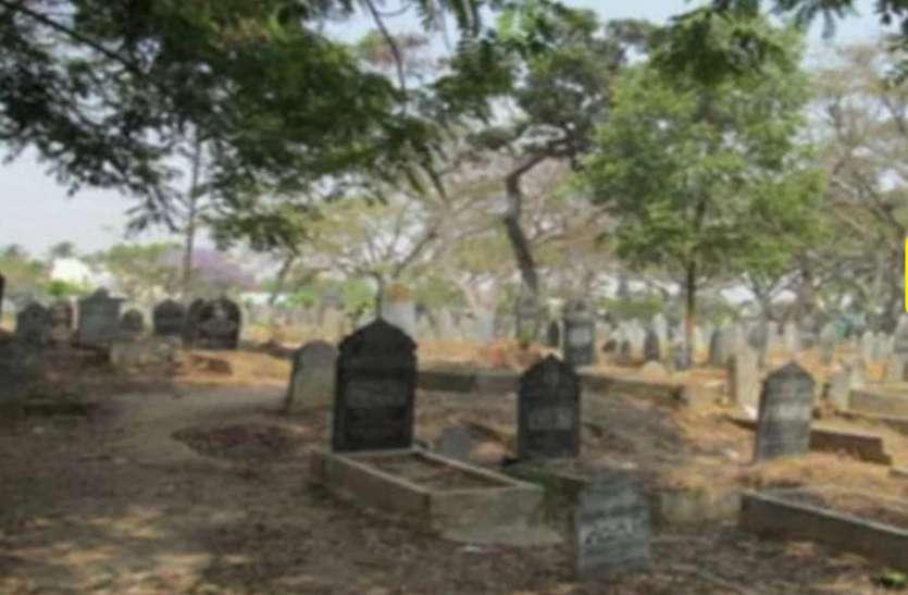 पुलिस ने कब्रिस्तान में मारा छापा तो फर्जी कब्र से मिला ये खौफनाक सामान, सब पड़ गए हैरत में