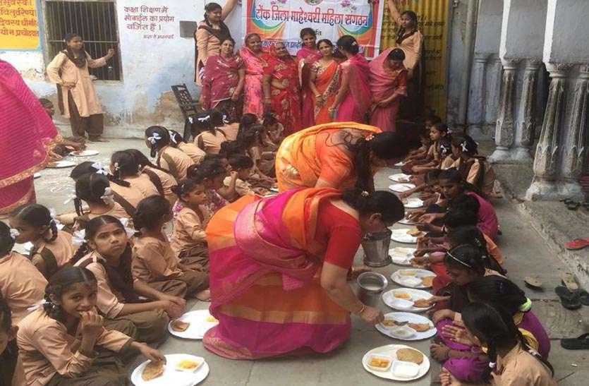 नवरात्र के उपलक्ष्य में कन्याओं का पूजन कर भोजन कराया
