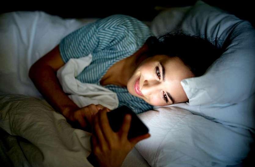 सावधान! क्या आप घंटों मोबाइल स्क्रीन पर बिताते हैं?