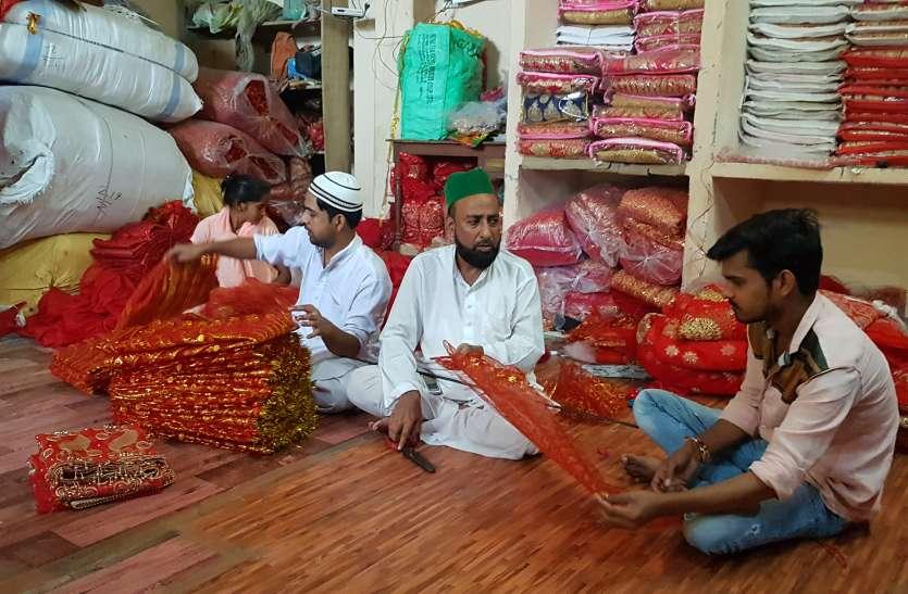ये मुस्लिम परिवार बनाता है माता की चुनरी, 900 परिवारों का चला रहा घर, देखें वीडियो