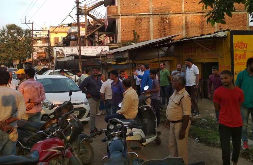भाजपा नेत्री की गाड़ी का कांच तोड़कर पर्स पार