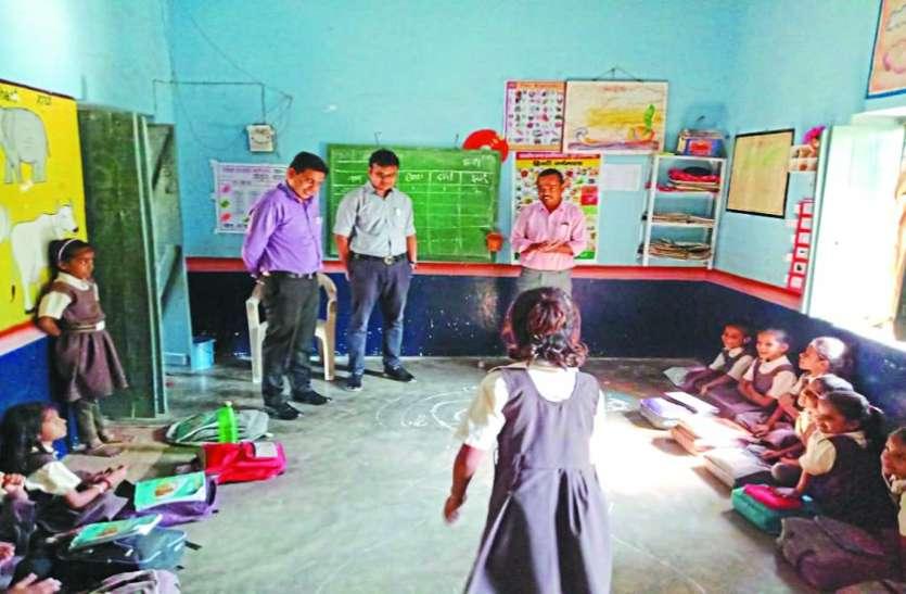 कलेक्टर ने बच्चों को बताया व्याकरण का 'सर्वनाम'