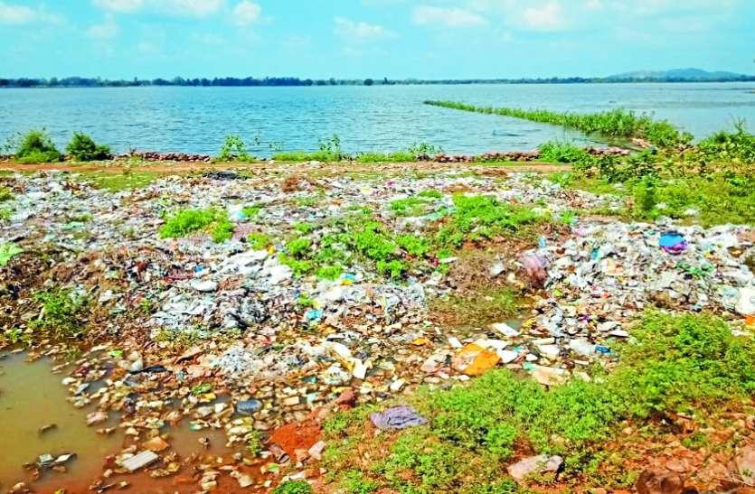 शहर को स्वच्छ कर तालाब किनारे फेक रहे कचरा
