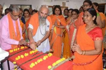 अनूठा : महिलाओं ने कराया शस्त्र पूजन, देवी दुर्गा को किया नमन