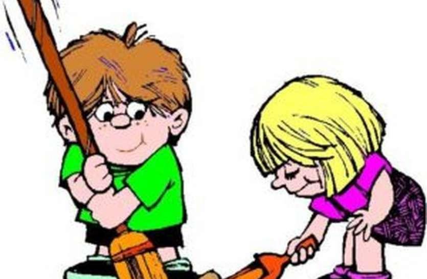 SHAME जिन हाथों को थामनी थी कलम, शिक्षकों ने थमाई झाड़ू