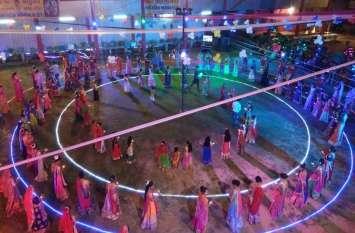 डांडिया महोत्सव में महिलाओं ने किया गरबा नृत्य