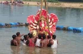 बाजे-गाजे के साथ भक्तों ने निकाली भव्य विसर्जन यात्रा, नम आंखों से दी मां दुर्गा को विदाई