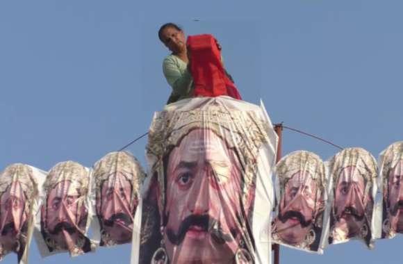 55 साल की यह महिला 55 फीट ऊंचे रावण को बनाती है अपने हाथों से, जानिए पीछे की रोचक कहानी