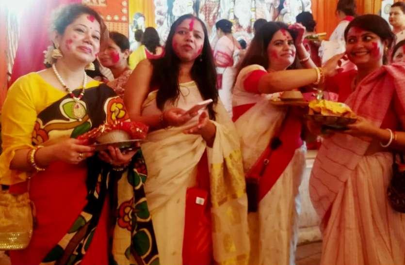 नवरात्रि के 10वें दिन महिलाएं खेलती हैं सिंदूर खेला, जानें क्यों