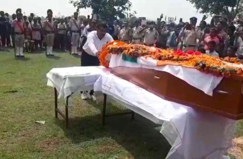 राजकीय सम्मान के साथ हुई अजय की अंतिम विदाई, पार्थिव शरीर पैतृक गांव पहुंचते ही दर्शन के लिए टूट पड़े लोग