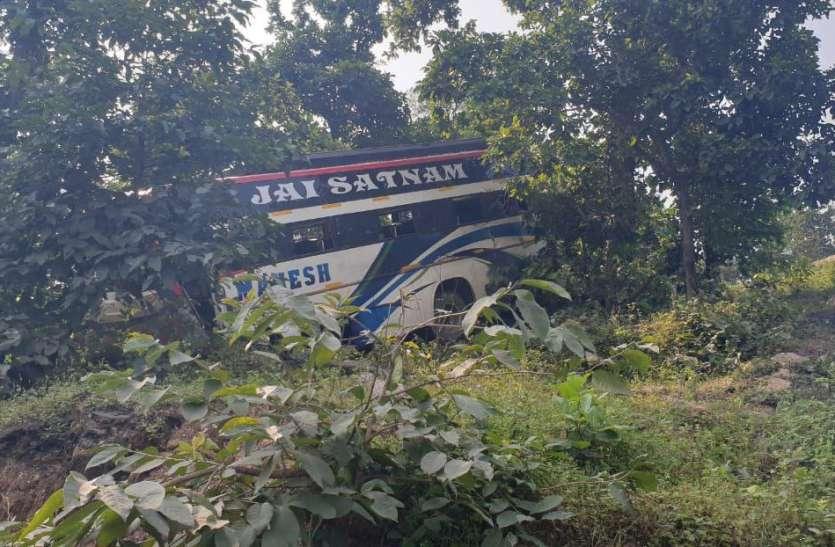 बीच जंगल में बस के ड्राइवर को अचानक आ गई नींद, बस सीधे खाई से नीचे गिरी और...
