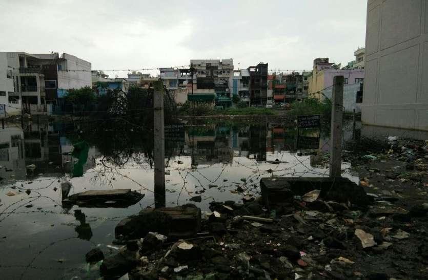वर्षों से खाली पड़े प्लॉट पर भरा रहता है सीवेज का पानी, रहवासी डाल रहे कचरा