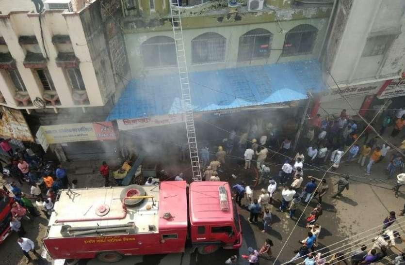 VIDEO : कपड़े के कारखाने में लगी आग, लोगों को बचाने कूदा एक शख्स, नुकसान देख सुधबुध खो बैठा परिवार