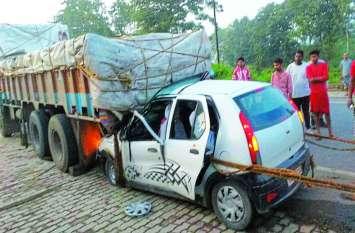 मौत की झपकी: खड़े ट्रक में घुस गयी कार, मौके पर ही हो गयी मौत