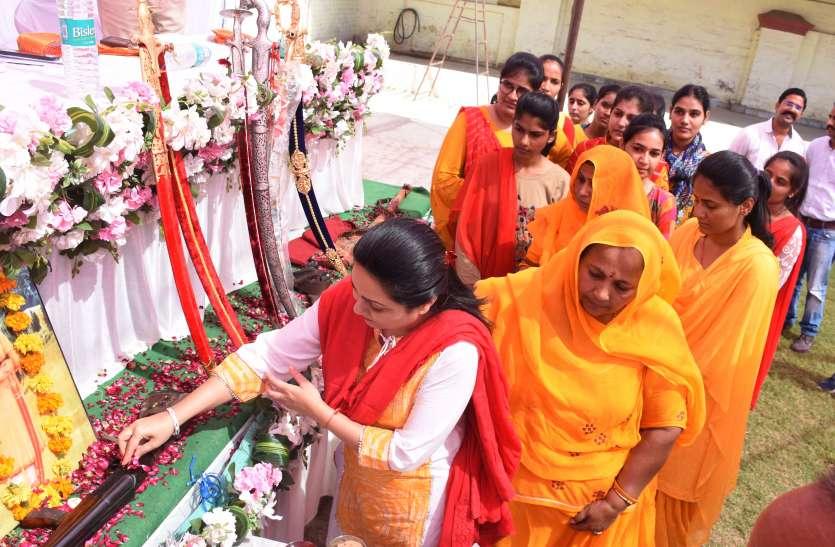 शस्त्र व शास्त्र के साथ मां दुर्गा का किया पूजन