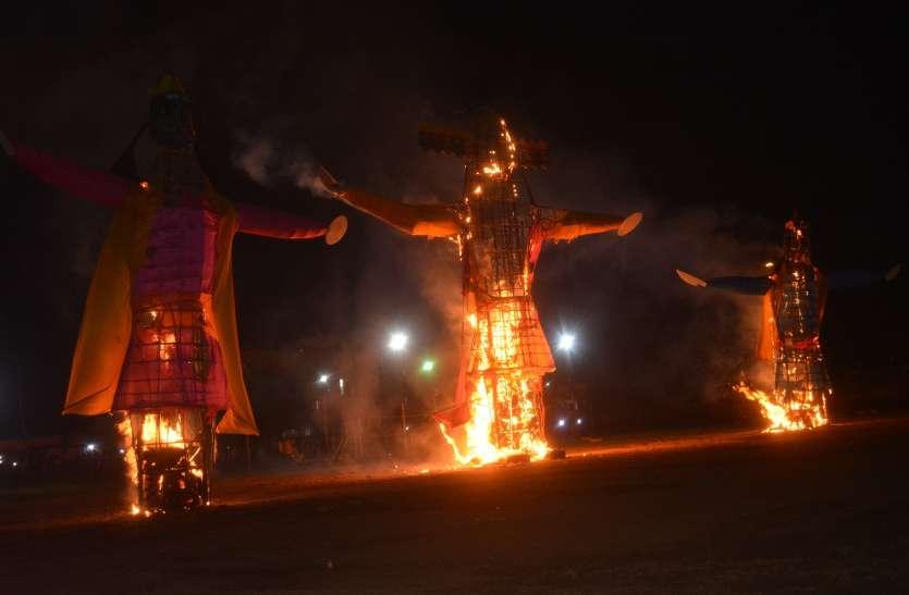 रावण के साथ कुंभकरण और मेघनाथ का पुतला दहन