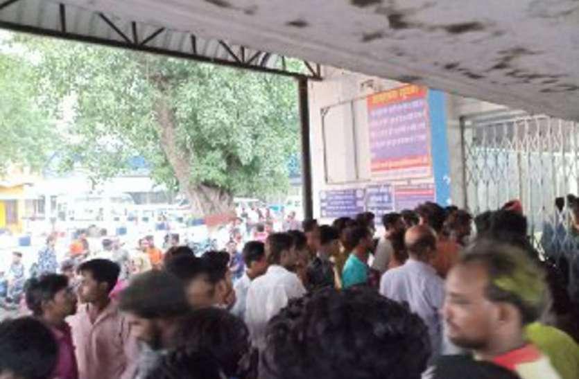दुर्गा विसर्जन जुलूस में तीन को चाकुओं से गोदा, मौत के बाद मच गई अफरातफरी