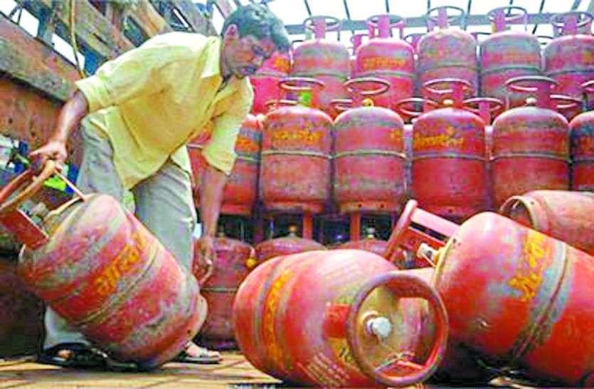 त्योहारी सीजन में महंगाई की मार, गैस सिलेंडर के दामों में हुई 14 रुपए की बढ़ोतरी, इधर प्याज भी रूला रहा