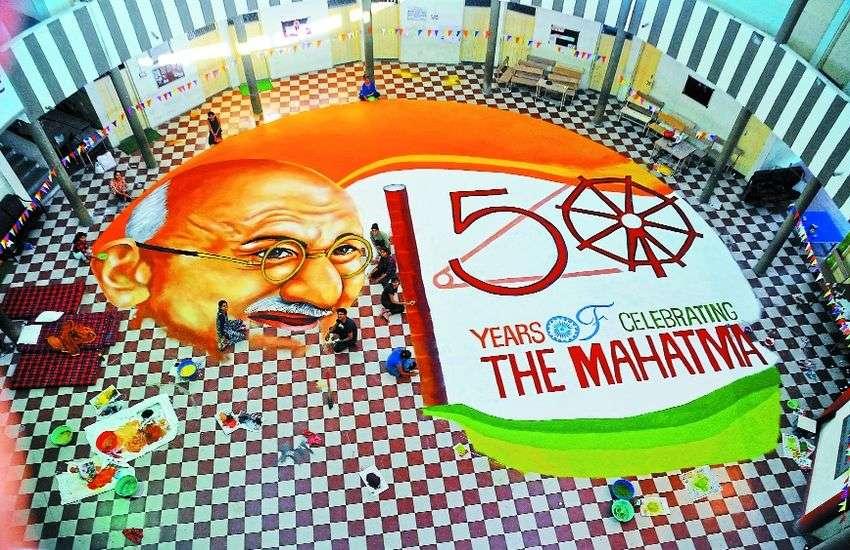 VIDEO : 18 घंटे में 8 स्टूडेंट्स ने बनाई गांधीजी की 3000 स्कवेयर फीट की विशाल रंगोली