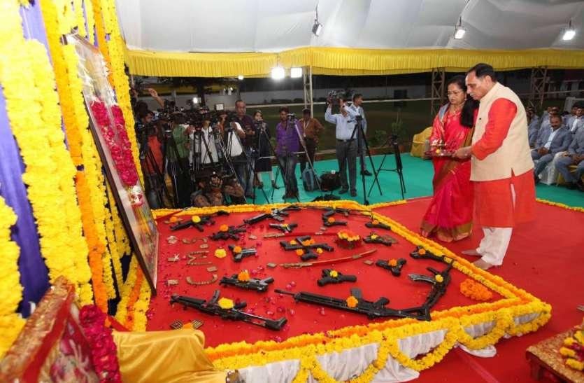 Gujarat: CM Vijay Rupani ने विजयादशमी पर्व पर किया शस्त्रपूजन