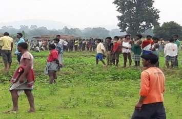 जंगल में लाखों का ये कीमती सामान फेंक कर फरार हो गए तस्कर, ग्रामीणों को पता चला तो मच गयी भगदड़