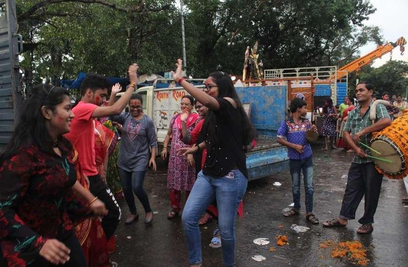 दुर्गा पूजा में अशालीन हरकत: बड़ी संख्या में गिरफ्तार