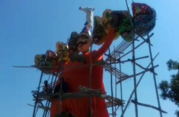 Sambhal: रावण के पुतले को पहना दिया भगवा कपड़ा, भड़के भाजपाइयों ने किया यह काम- देखें वीडियो