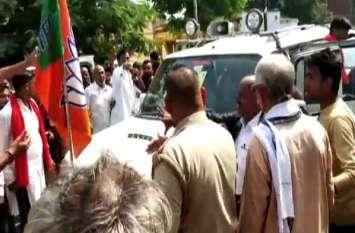 घोसी उपचुनाव: कांग्रेस प्रत्याशी का प्रचार वाहन सीज, भाजपा नेता पर नहीं हुई कार्रवाई