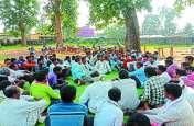 एकल शिक्षक को लेकर ग्रामीणों ने की बैठक, बोले- सुधार नहीं हुआ तो एक सप्ताह में करेंगे चक्काजाम