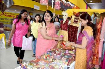 हाट बाजार में जमकर खरीददारी कर रहे जयपुरवासी