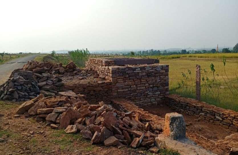 वन भूमि पर हो रही खेती, बन गए मकान