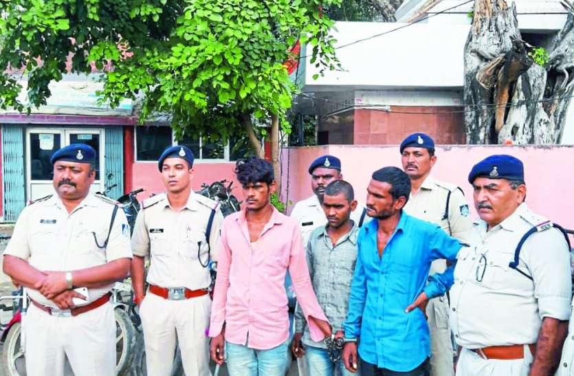 तीन आरोपी रच रहे थे चोरी की बाइक बेचने की साजिश, पुलिस ने पकड़ा, 12 बाइकें जब्त