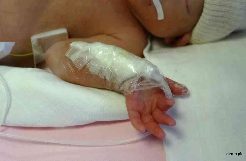 मृत बच्ची को दफन करने गए थे, जमीन में तीन फीट नीचे मिली जिन्दा लड़की