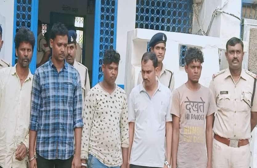 इन पांचों ने शराब खरीदने आए दो दोस्तों को बेदम पिटाई, वीडियो वारयल होने के बाद हुआ गिरफ्तार