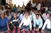 राजस्थान रोडवेज कर्मचारियों का फूटा आक्रोश, बस स्टैंड पर धरना देकर बैठे