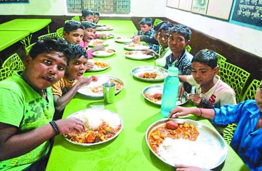 छात्रावासों में संख्या बढ़ाने बच्चों को परोस रहे चिकन-बिरयानी