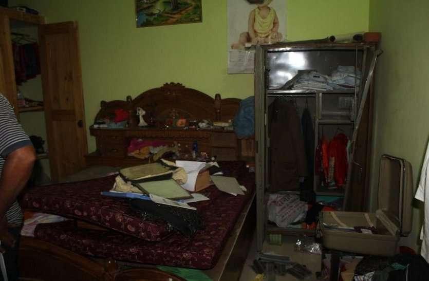 मंदिर से जब घर लौटा परिवार, पूरा सामान बिखरा देख उड़े होश, अलमारी से पार हो चुके थे 9 लाख, फिर....