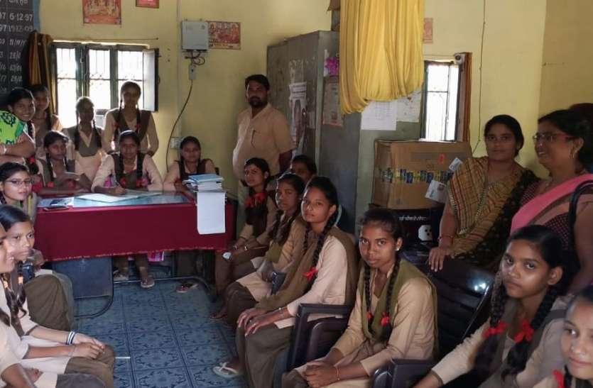 बेटियां बनी संस्था प्रधान, स्कूल संचालन कर कक्षाओं में सहपाठियों को पढ़ाया